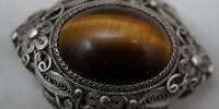 Srebrna broszka z dużym kamieniem